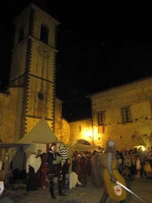 夜の灯りの中の中世の街は、なおさら雰囲気があります。