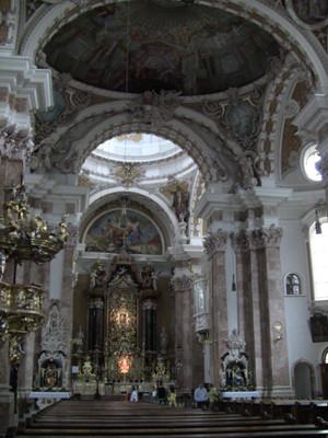 外観からは想像もつかない、美しく荘厳な教会。