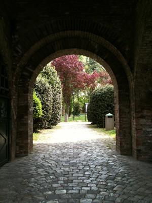 ビアンコーネ、だったっけ?もう数ヶ月前なので記憶が薄れてますが、城壁がしっかり残っていて、現在は中が公園になっているという素敵な史跡もありました。