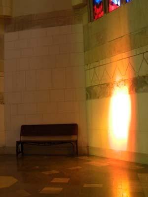 この壁には、暖かな赤い光が。