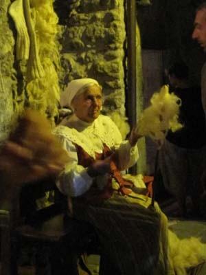 このおばあさんは村の一住人ですが、中世の衣装を着て村の片隅で糸を紡ぐ様子は、立派な職人芸!!見とれてしまう手つきです。