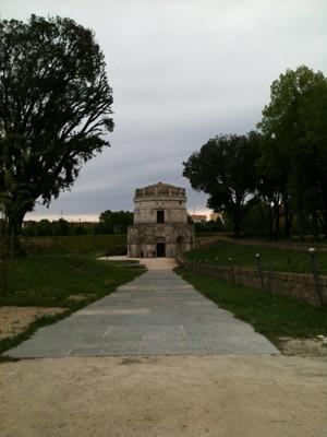 こちらは街からほんの少し離れた、テオドリクス霊廟。