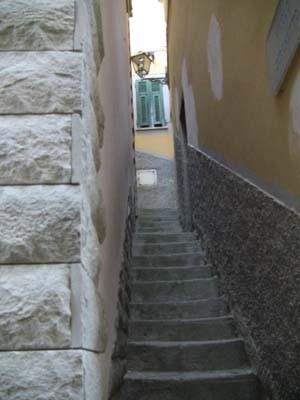 リオマッジョーレには、こーんな細い道があったりします。