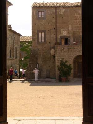 教会の扉から広場を見る。
