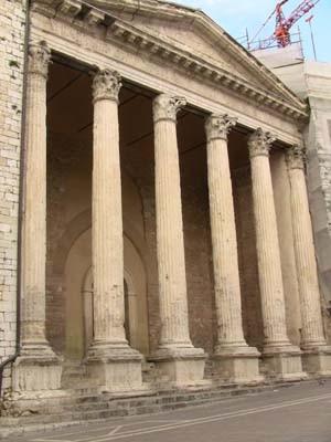 広場には私の大好きなギリシア風建築もありました。