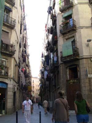 大通りから一本入ると、もう庶民的な道が。