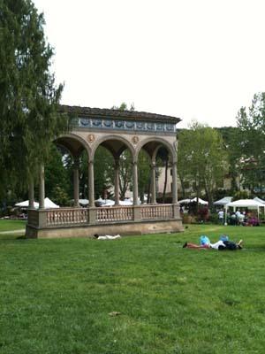 芝生で昼寝する人も。
