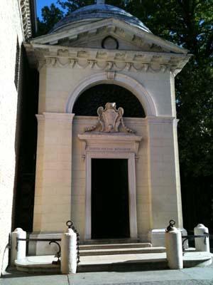 これが、お墓がある建物の外観。