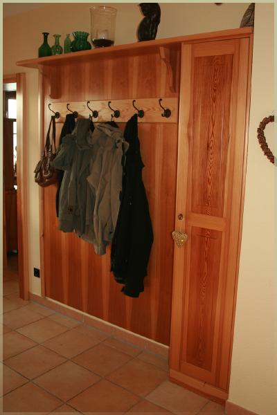 Der Gast sieht zuerst die Garderobe    Sie können diese auch gerne zeigen
