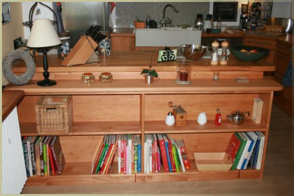 Ein schlichtes aber angepasstes Regal.   Platz ist kostbar und sollte genutzt werden