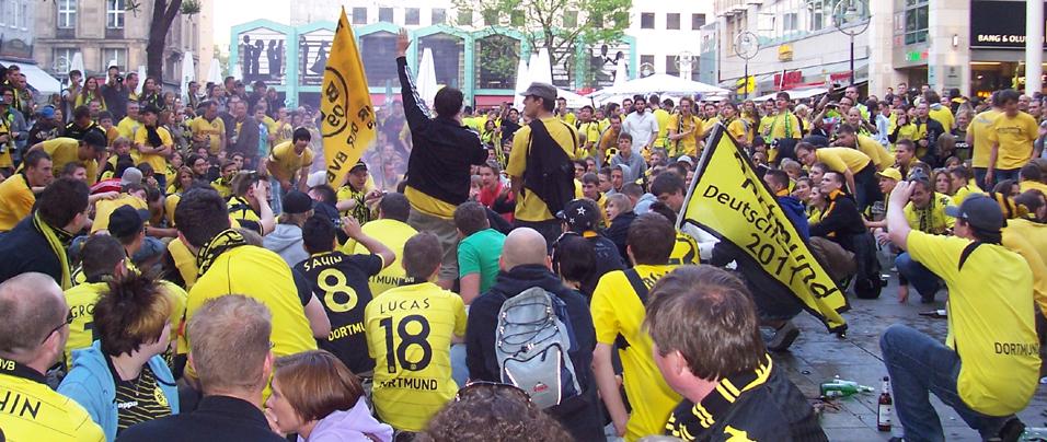 Meisterfeier Fans des BVB auf dem Markt