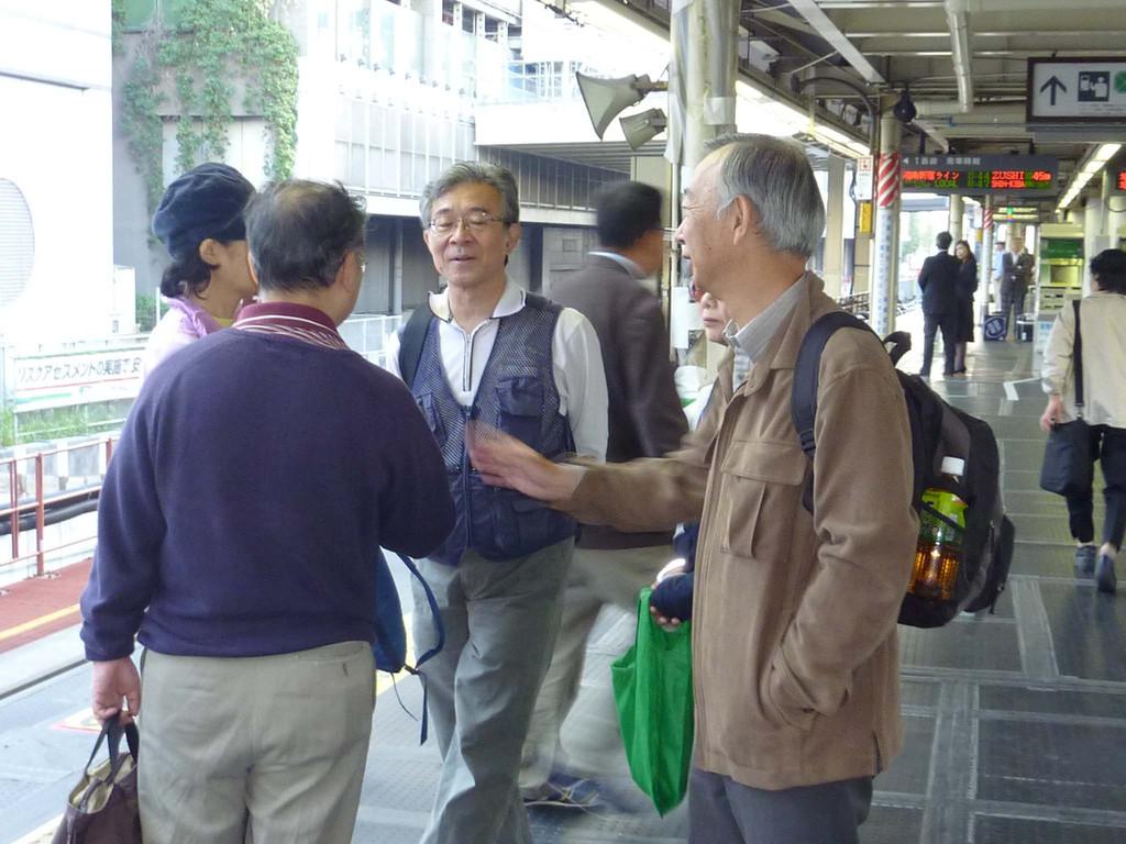 出発前の新宿駅ホームで