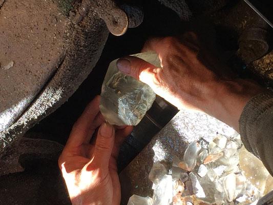 ②【石取り】製品をイメージし適度な大きさに小割りにします。