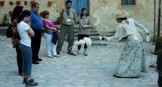 na Herrero, en el papel de doña María Mardomingo Onrubia, en una de las escenas de la visita teatralizada diurna. / Guillermo Herrero