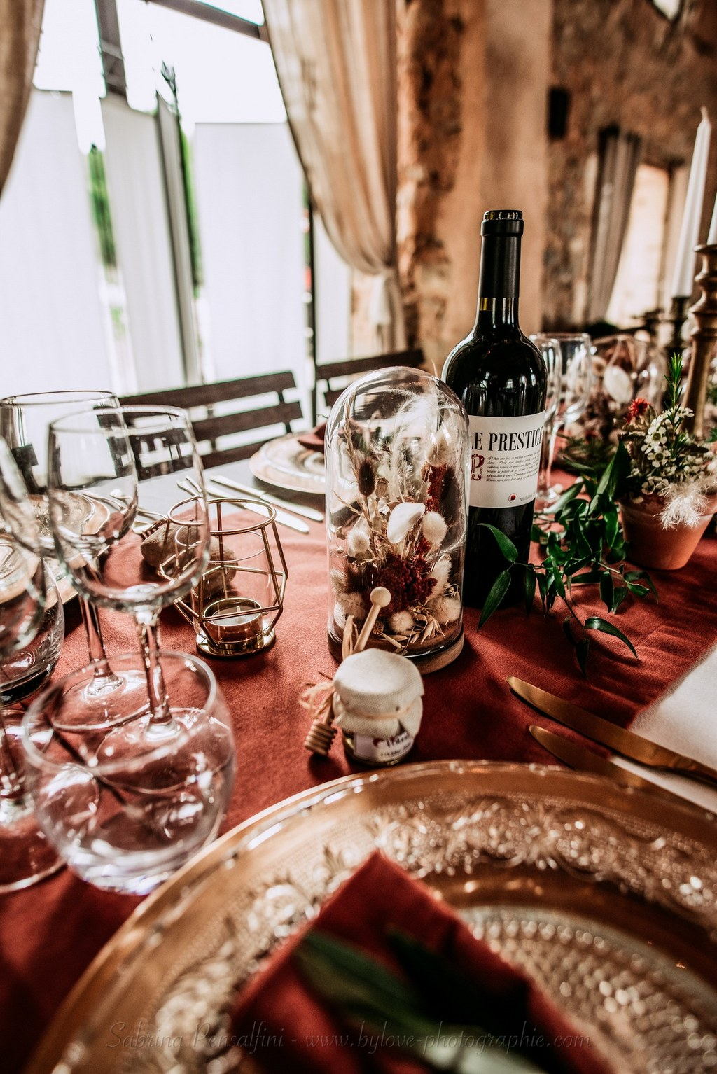 Décoration table mariage terracotta champêtre rustique chic fleurs séchées globe cloche