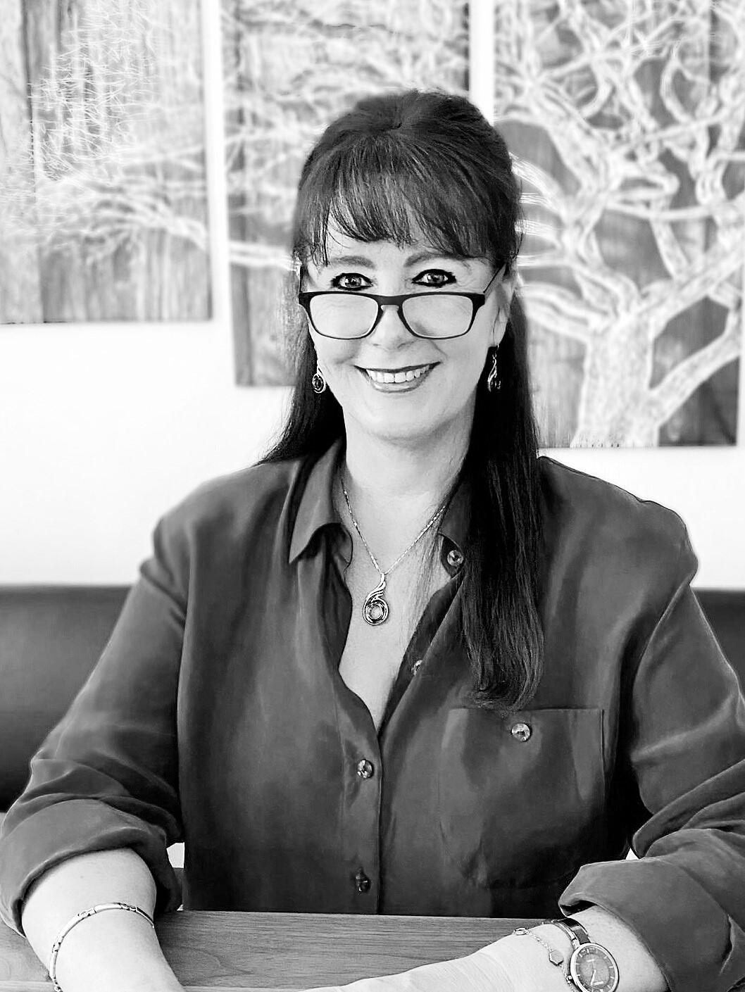 Manuela Büter, Jahrgang 1969 arbeitet in einer Stadtverwaltung am Niederrhein, wenn sie nicht gerade Thriller schreibt.