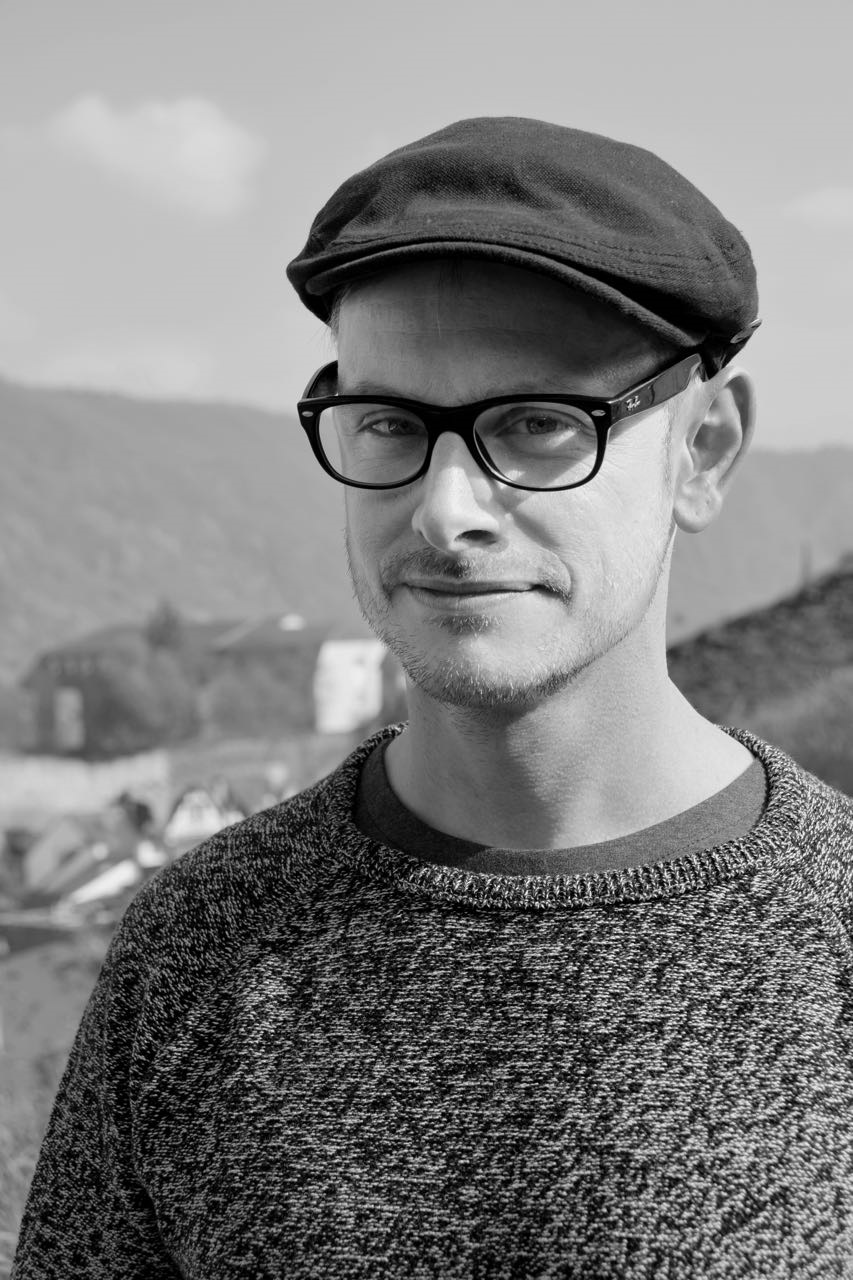 Norman Klaar wurde 1980 im wunderschönen Rheinland geboren, direkt zwischen der damaligen Hauptstadt Bonn und der Domstadt Köln. Heute schreibt er Bücher für Kinder und Erwachsene und kritzelt Cartoons.