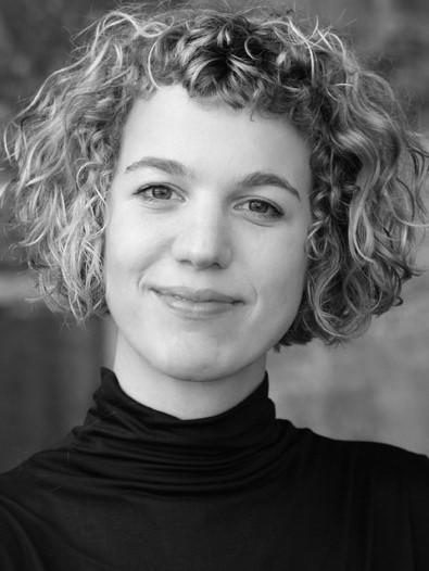 Mit 14 schrieb Angela Gilges die ersten Kurzgeschichten. Nach Stationen am Wiener Burgtheater und dem Berliner Ensemble, arbeitete sie als Affen- und Vogelpflegerin in den Zoos von Dortmund und Wuppertal. Aber das Schreiben ließ sie nie los.