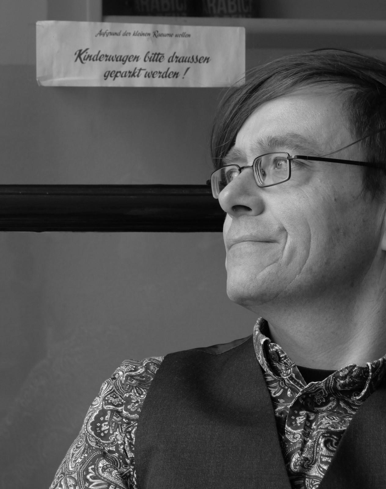 Stefan Schwarck (geb. 1967) liest seit 2010 regelmäßig bei Vernissagen, Lesungen, Poetry Slams und Spokenword-Veranstaltungen im In- und Ausland. Er lebt und arbeitet als Autor, Künstler und Kulturveranstalter in Kiel.