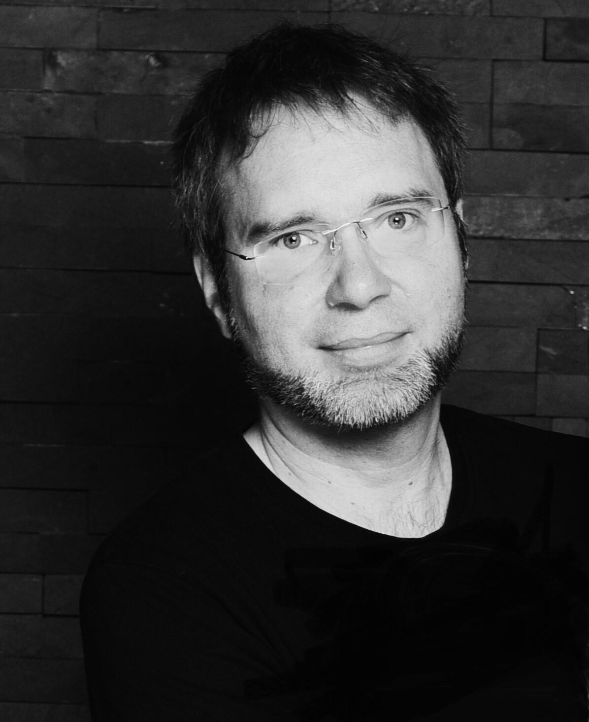 Alexander Drews, geboren 1975, wuchs in einem kleinen Dorf am Rande der Elbmarsch auf. Nach dem Studium der Umweltwissenschaften und der folgenden Promotion arbeitet er als Journalist für Computerzeitschriften.