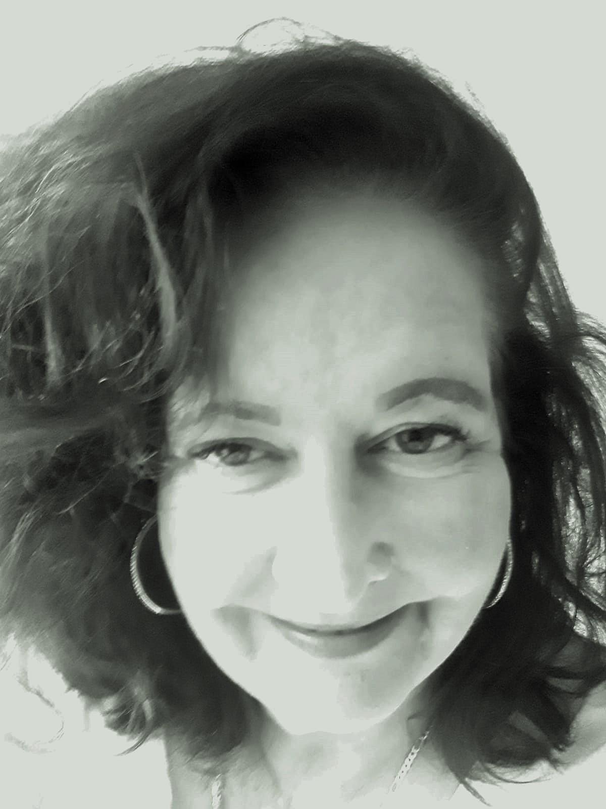 Mónica Simon ist geboren in Südamerika und verbrachte ihre Kindheit und Jugend neben Abstechern nach Andalusien in Berlin. Seit 18 Jahren ist sie erfolgreich als Drehbuchautorin tätig; in der Zeit wurden über 30 Bücher von ihr verfilmt.