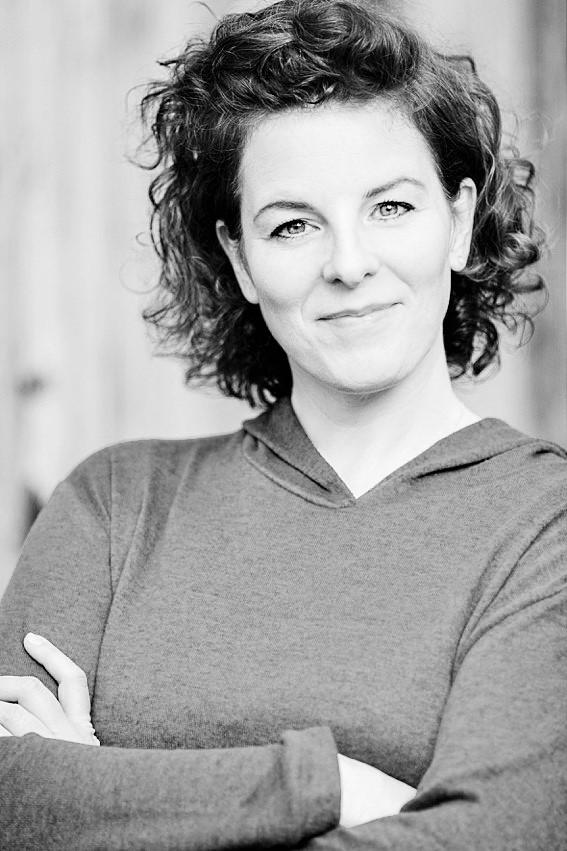 Sarah Winkenstette ist ausgebildete Journalistin und Regisseurin. Ihr Debütfilm ZU WEIT WEG wurde auf zahlreichen nationalen und internationalen Kinder- und Jugendfilmfestivals ausgezeichnet und kam 2020 in die Kinos.