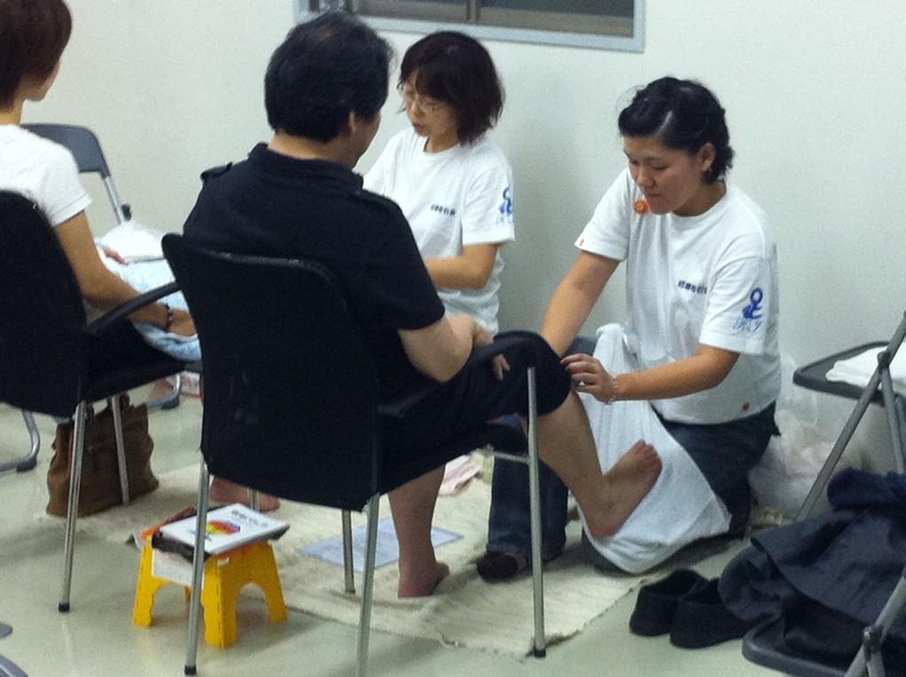東日本大震災チャリティイベント内での体験あしもみ 大阪市内で月1回ペースで行なっています。