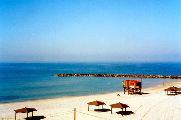 ディタさんの住むナターニアの海 ヨットハーバーもあり、美しい砂浜がつづく海水浴場でもある。