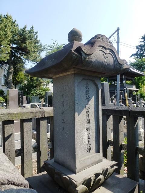 柳沢信鴻の継室の墓(宝勝寺)