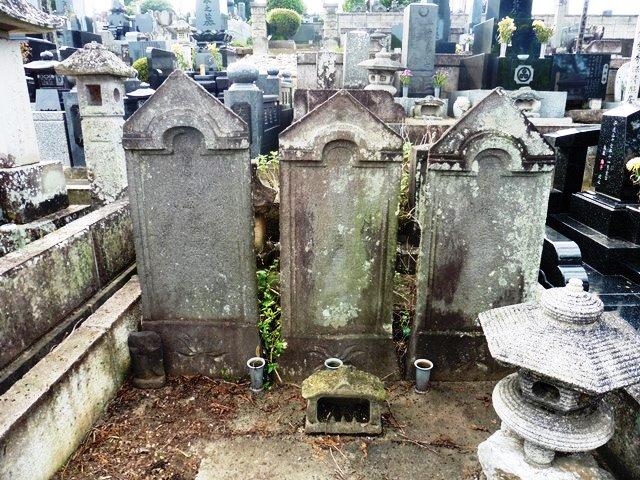 松井宗直の墓(中央)(光徳寺)