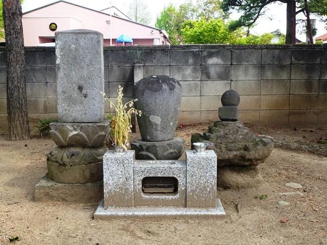 中臣羽鳥連の墓(左)、羊太夫の墓( 右)(釈迦尊寺)