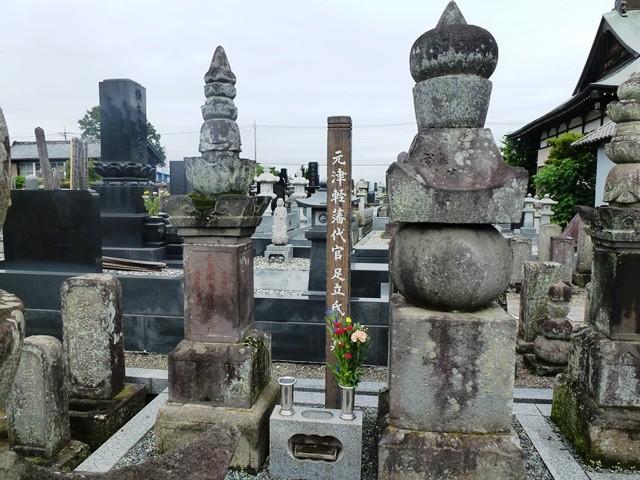 津軽藩代官・足立氏の墓(東楊寺)