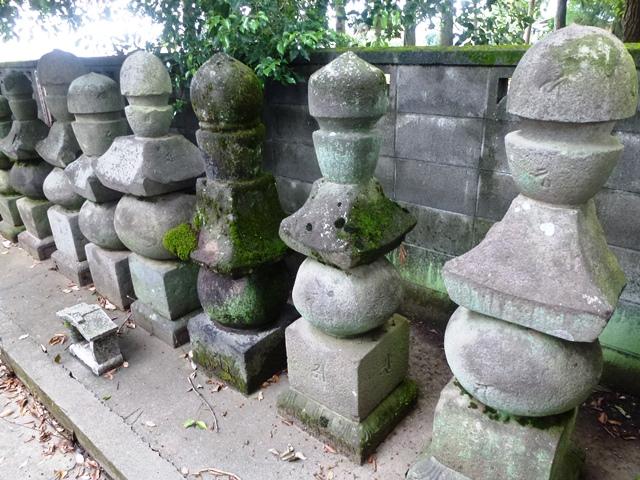 教王寺の五輪塔群