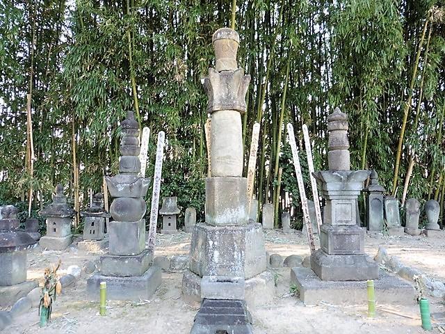 小林出羽守政忠の墓(泉通寺)