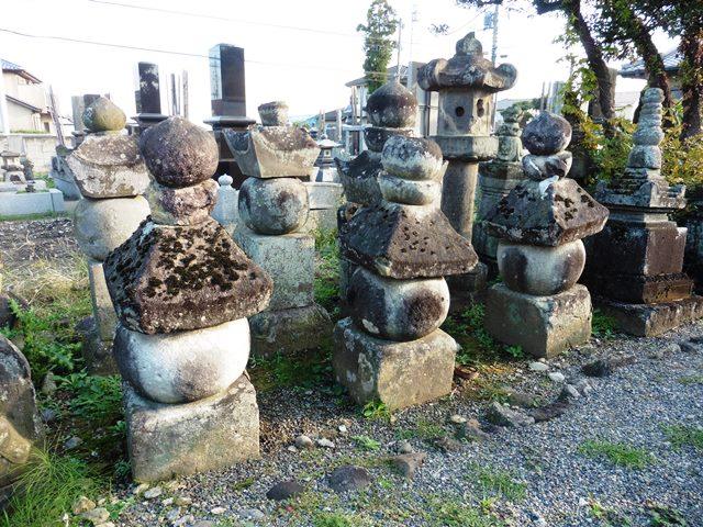 旧常楽寺の石塔群2