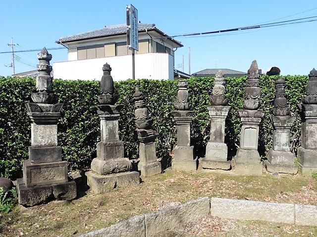 宝性寺の宝篋印塔群