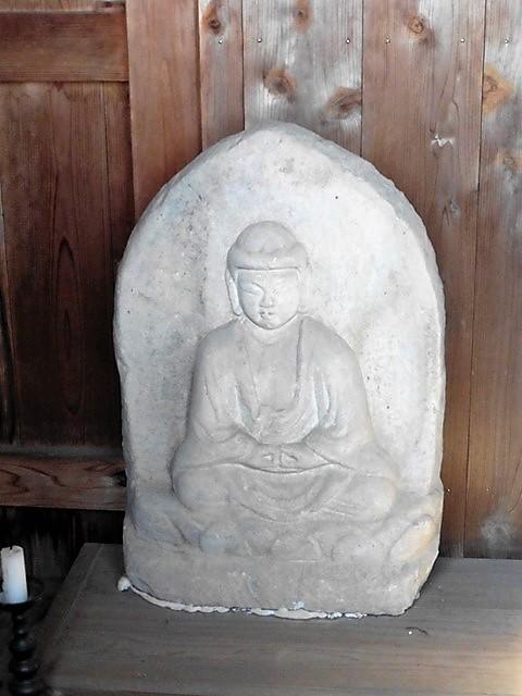 世良田薬師堂の石造阿弥陀如来坐像