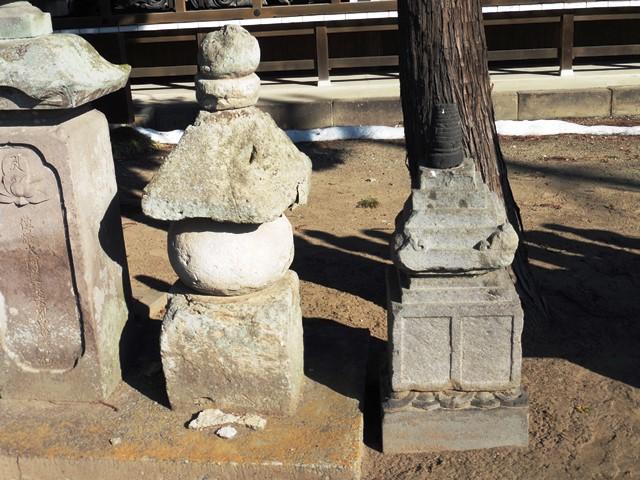 宝存寺の五輪塔と宝篋印塔
