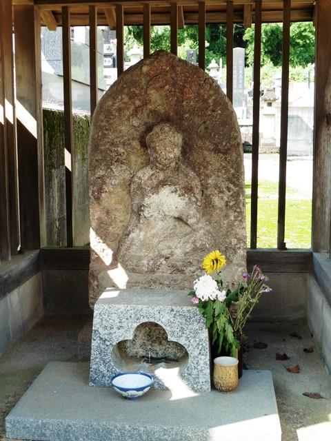 東昌寺の石像薬師如来坐像