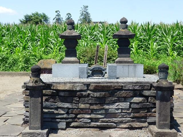 内藤昌豊(右)・昌月(左)父子の墓(善龍寺)