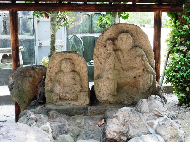 泉龍寺の延命地蔵と薬師如来石像