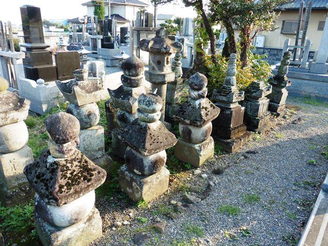 旧常楽寺の石塔群1
