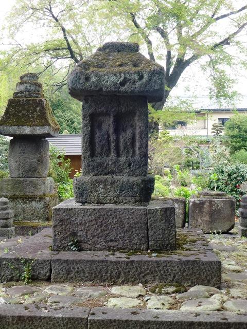 近戸神社の石造六地蔵塔