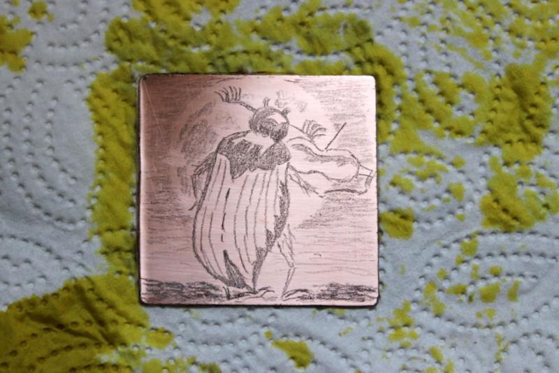 Das Ätzbad wird abgespült und die Platte mit Kupferdruckfarben eingerieben. Lichte Bildpartien werden sehr sauber ausgewischt.