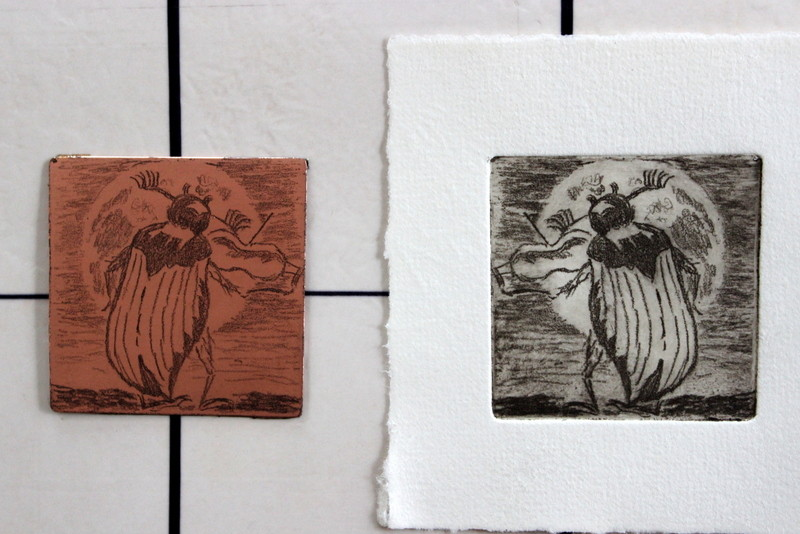 Mit dieser vorbereiteten Platte kann nun auf Büttenpapier gedruckt werden. Danach wird der Druck im Trockvorgang, zwischen Pappen gepresst.
