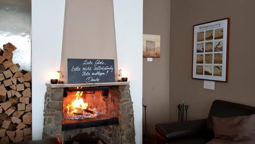 """Acrylbild mit Radierung: """"Wiege des Segelflugs"""" und Poster """"Wasserkuppe"""" am Hotel-Kamin."""