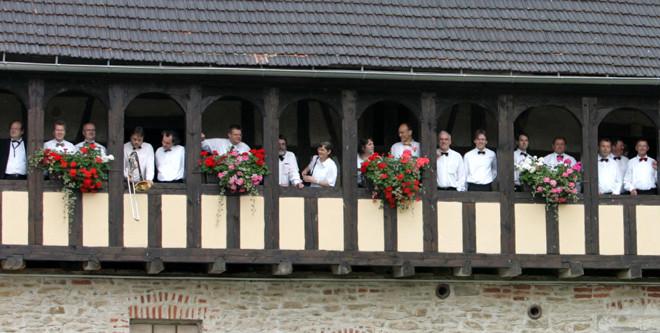 Musiker und Sänger von Theater & Philharmonie Thüringen auf dem Laubengang im Rittergut Schwanditz