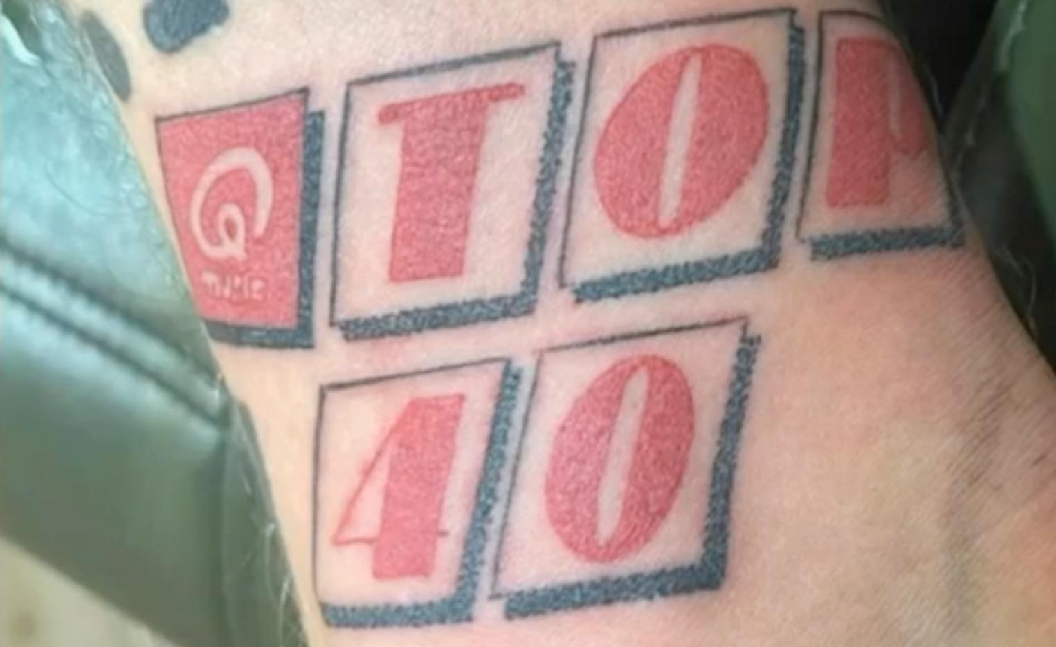 Mart Hoogkamer ( nr 1 hit: Ik ga zwemmen) met Top 40 tatoage.
