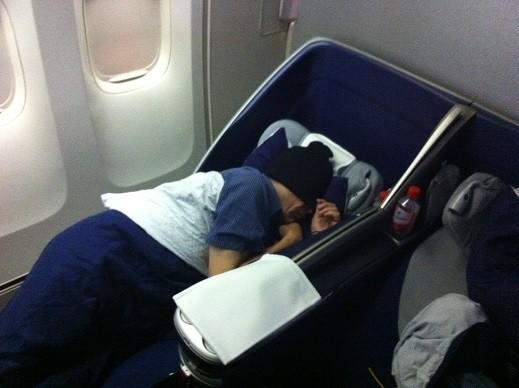 Endlich gut schlafen im Flugzeug - Dank Schlafmütze.