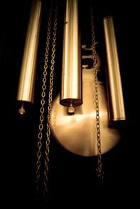 Lock-In-Effekt: Hängt man zwei Pendeluhren nebeneinander, so werden sie innerhalb kurzer Zeit von selbst im gleichen Rhythmus pendeln – die Synchronizität spart Energie. Auch der menschliche Körper synchronisiert sich. Foto: inakiantonana/iStockphoto.com